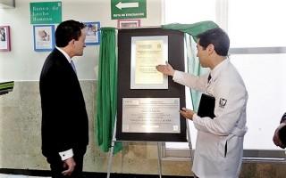 Es la primera UMAE que obtiene la certificación de la OMS y la UNICEF, por lo que se develó placa alusiva.