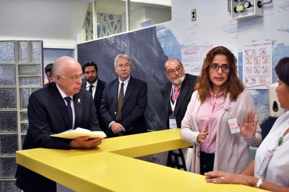 Al término de la ceremonia, el Secretario de Salud recorrió las instalaciones de esta institución, donde se ofrecen servicios de prevención, detección y atención integral.