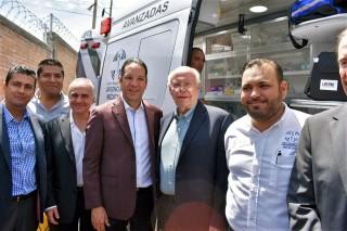 En este acto el doctor Narro Robles entregó de 5 ambulancias de cuidados intensivos avanzados, primeras en el país en contar con telemetría médica que permite tener interacción entre los paramédicos y el médico en el hospital, durante el traslado del paciente.