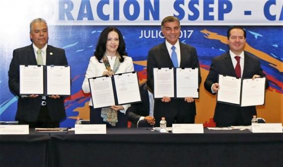 El Gobernador del Estado de Puebla, José Antonio Gali Fayad, y el Comisionado Federal Julio Sánchez y Tépoz, atestiguaron la firma de convenio entre la CANIRAC y los Servicios de Salud de esa entidad