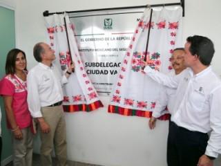 Acompañado por el gobernador del estado de San Luis Potosí, Juan Manuel Carreras López, el titular del Seguro Social inauguró la subdelegación en Ciudad Valles, obra remodelada gracias al Programa Peso por Peso.