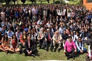 Reunidos en el exterior del auditorio Galileo Galilei de la Academia Mexicana de Ciencias, alrededor de 250 estudiantes acudieron a la reunión becarios del XXVII Verano de la Investigación Científica.