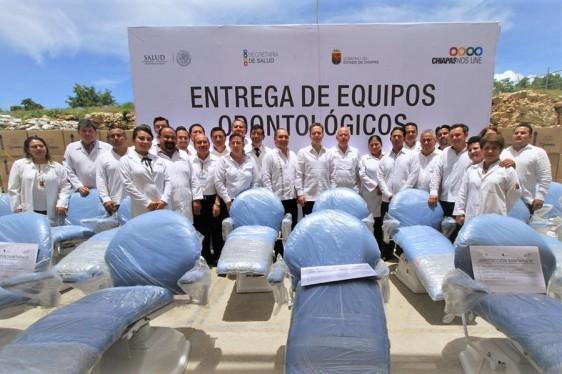 El doctor Narro Robles atestiguó la entrega simbólica de 64 equipos odontológicos a los jefes de las 10 Jurisdicciones Sanitarias, para reforzar el programa de Salud Bucal en beneficio de más de 150 mil habitantes de 53 municipios.