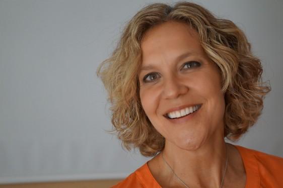 """Christina es originaria de Canadá y nacionalizada como mexicana. Se estableció en México desde hace 22 años y es fundadora de Amara Fundación Pro Autoestima, Directora en México y Asesora Global de Dove Proyecto para la Autoestima, que ha impactado a más de 1,000,000 de vidas en 9 años. Además de dar consulta privada, funge como tallerista, conferencista y tiene una maestría y un doctorado en """"Psicoterapia de Pareja e Individual"""", de Corriente Jungiana en el Instituto Mexicano de la Pareja, México, D.F. Además, cuenta con una especialidad en Constelaciones Familiares y un diplomado en Terapia Familiar Sistémica, SOWELU, México D.F."""