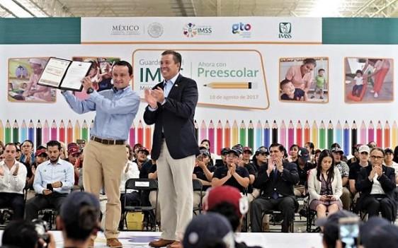 El titular del IMSS recibió del gobernador Miguel Márquez los folios de validez oficial para que más de 10 mil niñas y niños de 53 guarderías cursen el primer año de educación preescolar.