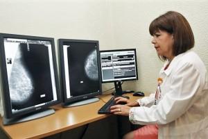 El cáncer de mama y cérvico uterino representan la primera y segunda causa de muerte por cáncer en mujeres de 20 años y más, respectivamente. Por ello, y con la finalidad de contener su desarrollo, en unidades médicas familiares del Instituto Mexicano del Seguro Social (IMSS) se realizaron durante 2016 alrededor de 3 millones de pruebas de Papanicolaou y un millón 300 mil mastografías.