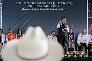 En la región de La Cañada, el Director General del IMSS, Mikel Arriola, y el gobernador de Oaxaca, Alejandro Murat, clausuran el Encuentro Médico Quirúrgico de Oftalmología.