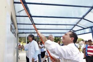 """En la puesta en marcha del nuevo Sistema de Gestión de Calidad con el lema """"Juntos por el General"""", el secretario de Salud estatal y el Comisionado Federal, iniciaron el proceso motivando a un grupo de voluntarios para pintar la fachada de la Farmacia del Hospital General de Los Mochis."""