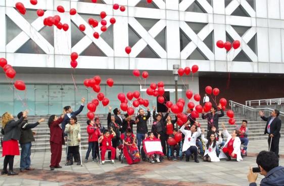 Posteriormente, y como un acto simbólico para conmemorar el Día Internacional de Concienciación de Duchenne, la diputada Irma Rebeca López López, acompañada de niños y doctores, soltaron globos rojos en uno de los patios del Palacio Legislativo.