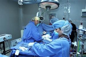 Se activó el protocolo para situaciones de emergencia en el Hospital General del CMN La Raza y mientras fueron evacuados los primeros pisos, la cirugía no fue suspendida.La operación concluyó a las 2 de la mañana del viernes; la paciente se recupera con éxito.