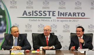 Acompañado por el Dr. José Narro y Mikel Arriola, José Reyes Baeza puso en marcha programa que estandariza protocolos de atención rápida al paciente infartado en servicios de urgencias.