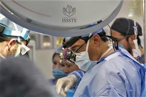 Inicio del movimiento telúrico coincidió con la colocación del órgano donado; el Dr. Aczel Sánchez Cedillo sostuvo el riñón en sus manos antes de comenzar a suturarlo.