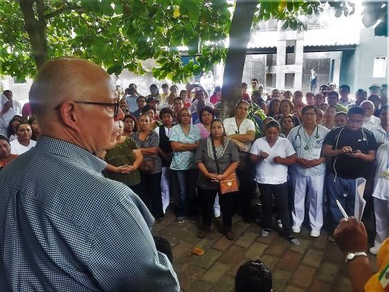 ElSecretario de Salud,José Narro Robles, visitó a los pacientes que reciben atención en la Escuela habilitada como unidad médica temporal en Juchitán, Oaxaca.
