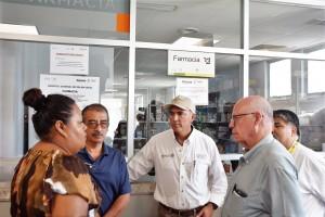 El doctor Narro Robles y el titular de SAGARPA, José Calzada Rovirosa, visitaron a los heridos por el sismo que son atendidos en el Hospital General de Salina Cruz.