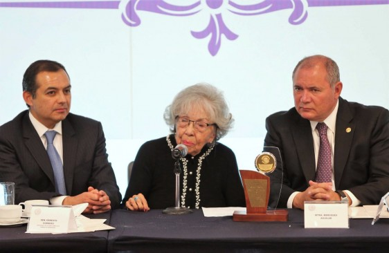 Entrega de Reconocimiento a Mercedes Aguilar Montes de Oca