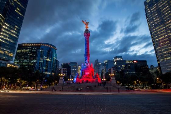 Diferentes monumentos en Paseo de la Reforma se visten de rojo a favor de la campaña #Time2Move - #DejaTuSilla para prevenir la trombosis.La campaña busca animar a la gente a moverse más para evitar la formación de coágulos sanguíneos potencialmente mortales.