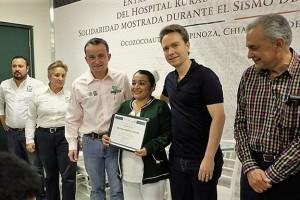El Director General, Mikel Arriola, y el gobernador Manuel Velasco rinden homenaje a personal del Hospital de Ocozocoautla.