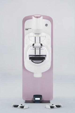 GE Healthcare presentó por primera vez en México, su nuevo equipo para diagnóstico de cáncer de mama. Este novedoso dispositivo, pone el control del examen en las manos de las mujeres, al combinar alta tecnología para la detección precoz de lesiones mamarias, con un nuevo concepto de procedimiento, diseñado para ofrecer más comodidad a la paciente.