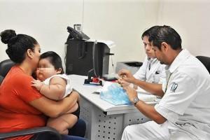 Pediatras, nutriólogos y endocrinólogos le brindan atención médica para diagnosticar su padecimiento y dar seguimiento médico para normalizar su desarrollo.