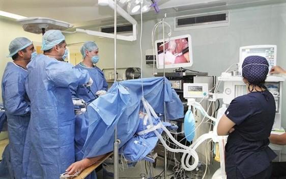 Reduce el tiempo de hospitalización de 1 a 3 días, y permite el alta del paciente de manera más pronta, para reincorporarse a su vida social y laboral.
