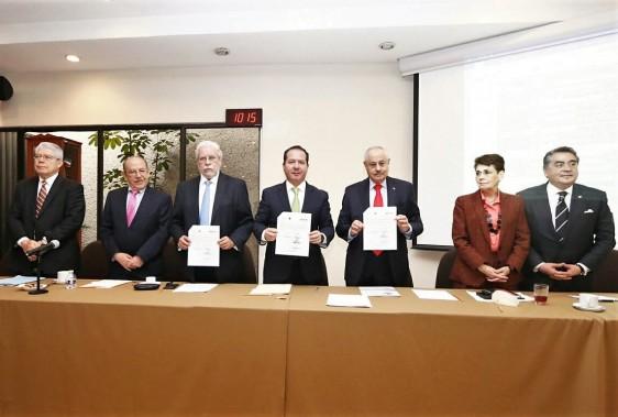 La ceremonia de firma de la carta de intención contó con la participación de Sergio Islas Andrade, Director de Investigación del Hospital General de México, así como representantes de la industria farmacéutica.