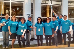 """Empleados de American Airlines, Paola Torri, Estela Resendiz,  Juan Carlos Resendiz y miembros del programa """"Do Crew"""""""