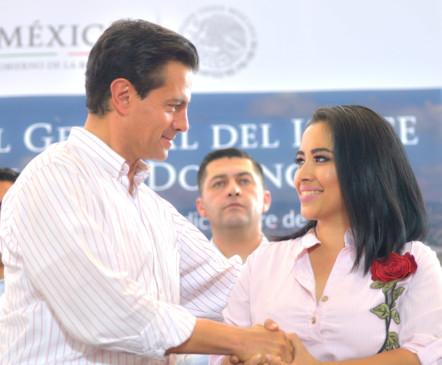 Enrique Peña Nieto y Fernanda Orozco Castellanos se dan la mano
