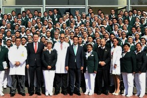 El Director General del IMSS, junto con el líder del Sindicato, Manuel Vallejo, entregaron medallas, diplomas y estímulos económicos.