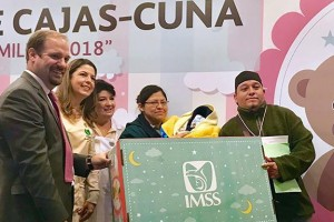 Karla Siller, Presidenta Del Voluntariado del IMSS, y Santiago De Maria Campos, Director de Prestaciones Económicas y Sociales, entregan las primeras cajas cuna, como parte de la estrategia de fortalecimiento familiar 2018.