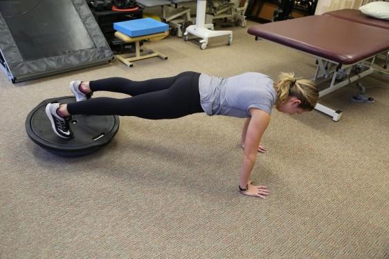 Kayla Borchers haciendo n ejercicio de tablón