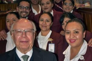 Secretario de Salud, José Narro Robles acompañado de personal de enfermería