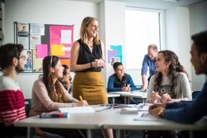 El inglés es una herramienta imprescindible que permite a todos los profesionistas ser más competitivos en el mercado laboral, por lo que se ha convertido en un requerimiento frecuente en las vacantes de empleo.