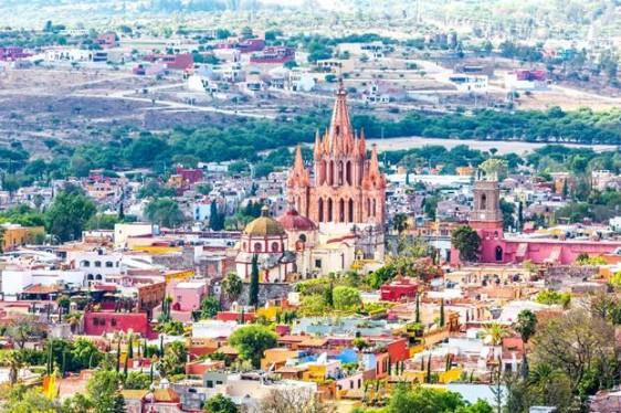 San Miguel de Allende, Guanajuato  San Miguel de Allende no sólo es una de las ciudades más bonitas del país, sino que es uno de los Pueblos Mágicos favoritos entre los viajeros nacionales e internacionales para pasarla bien con amigos, e incluso para recorrer solos. Son sus íntimas y estrechas calles empedradas, así como la calidez de sus habitantes, que convierten a este destino en un viaje para la autoexploración y la aventura. Además, San Miguel se ha posicionado como una de las cunas de los restaurantes y centros nocturnos más trendy, ya que ola de nuevas apuestas de entretenimiento se están apoderando de este destino. Si lo que quieres es visitar los lugares más hot del momento, aquí es donde deberás de estar.