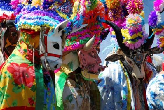 Veracruz, Veracruz  Para deshacernos de las malas vibras que el trabajo o la vida diaria puedan causar, el popular Carnaval de Veracruz es un respiro de aire fresco. Conocido a nivel internacional como uno de los mejores eventos en México y Latinoamérica, el carnaval de Veracruz marca un momento en el año donde puedes dejar volar tu creatividad para escoger un festivo atuendo que demuestre tu verdadero interior. ¿Qué mejor lugar para renovar tus votos contigo mismo que bailando en las calles del tropical Veracruz?