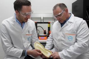 Lukas Breuers y Dr. Jörg Tillack examinan una suela de calzado con una impresión adhesiva.
