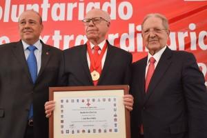El presidente nacional de Cruz Roja Mexicana, Fernando Suinaga Cárdenas, entregó la Medalla de la Gran Cruz, al Dr. José Ramón Narro Robles, Secretario de Salud Federal, uno de los máximos galardones que entrega esta institución a las personas comprometidas con las causas humanitarias de Cruz Roja Mexicana.