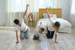 familia haciendo ejercicio en casa