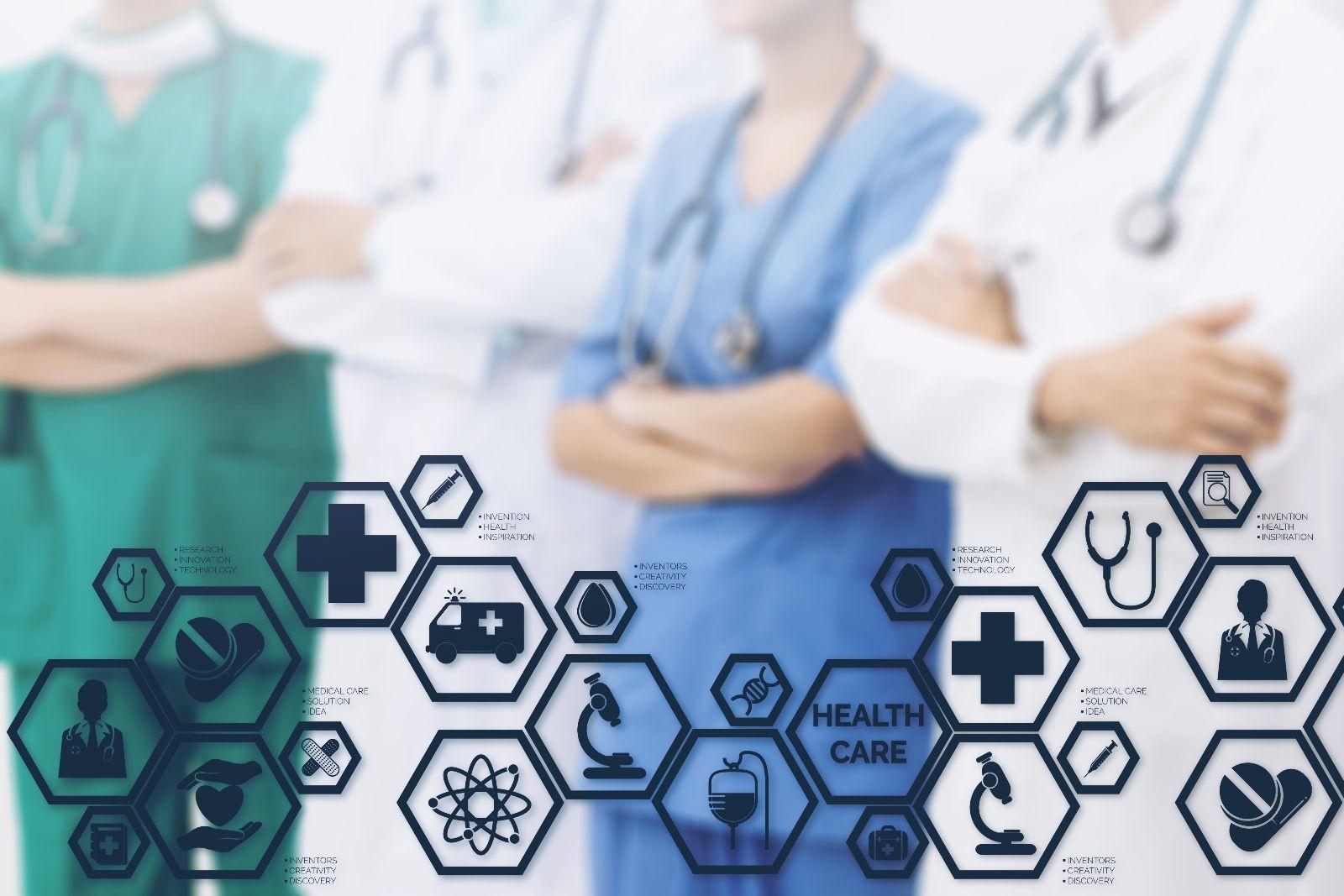 Médicos y personal de salud con iconos de temas de salud