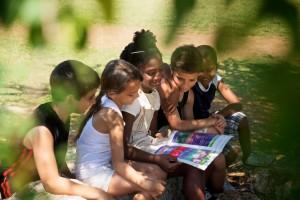 Investigadores estudiaron si la exposición de por vida al espacios verdes circundante se asocia con diferencias regionales en el volumen cerebral basadas en imágenes de resonancia magnética tridimensional (IRM 3D) entre los niños que asisten a la escuela primaria.