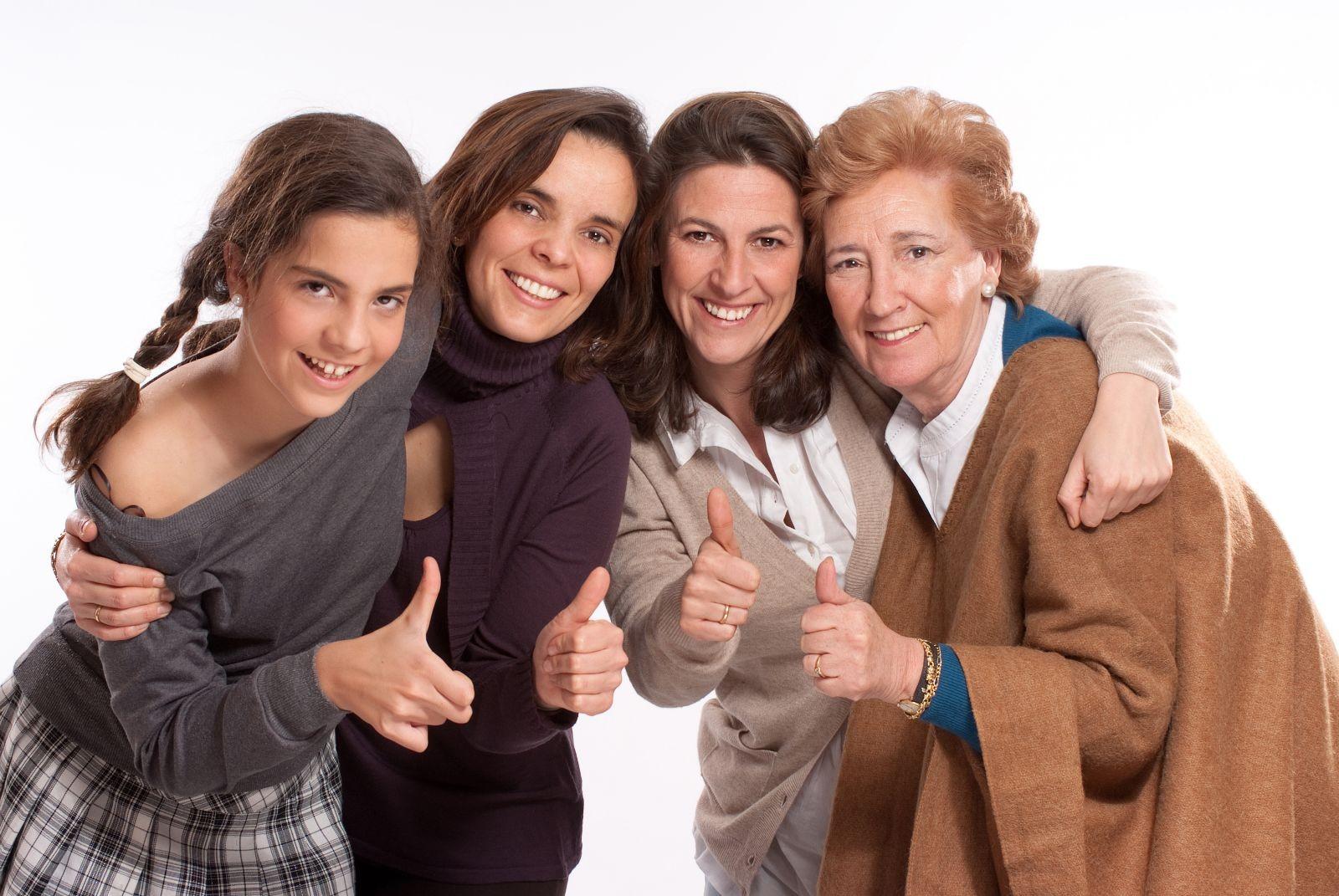 mujeres de varias edades con pulgar hacia arriba