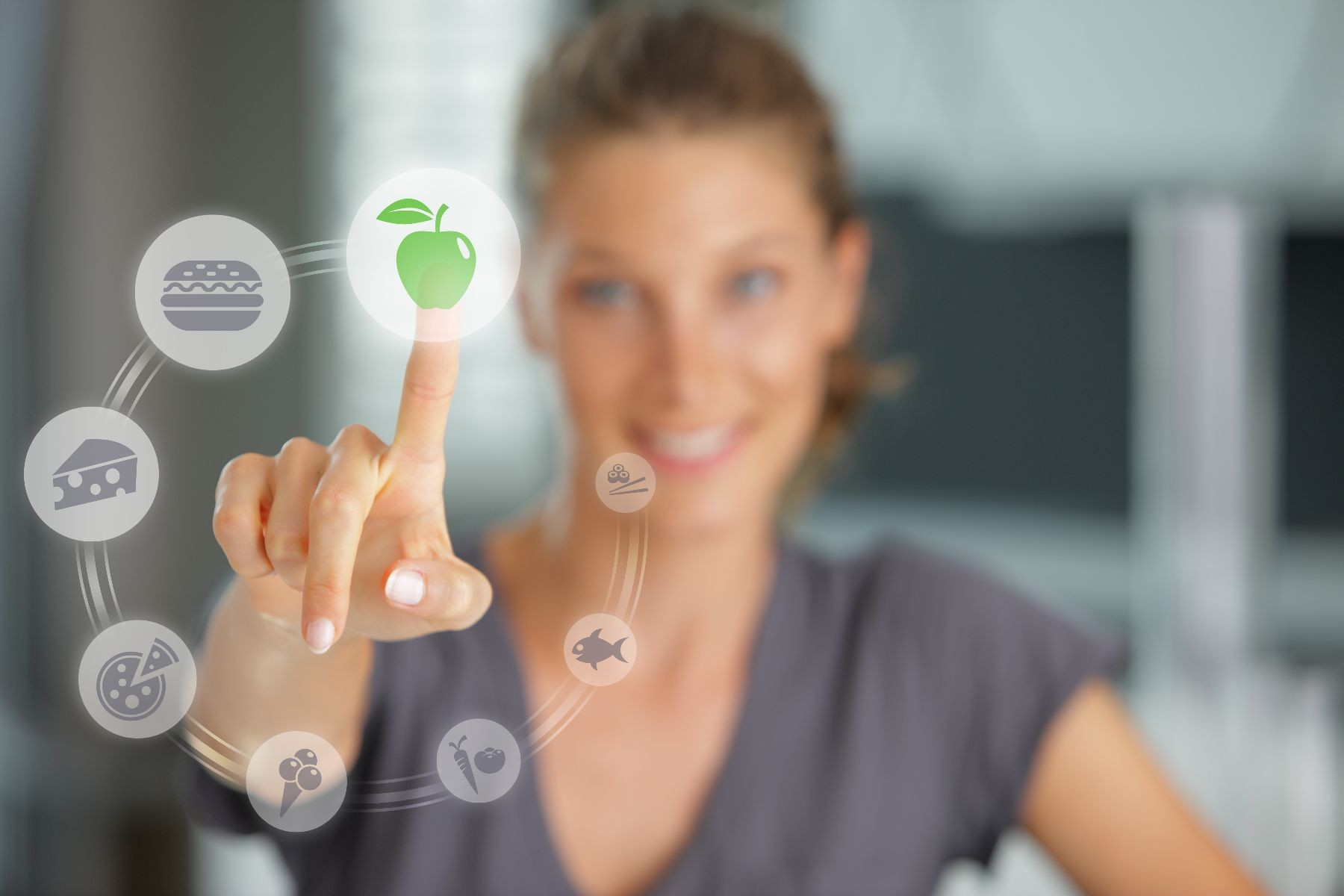 Mujer pulsando icono de manzana