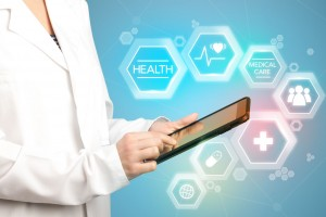 médico consultando tableta