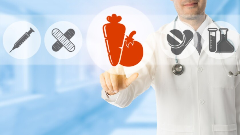 especialista médico seleccionando icono de verduras