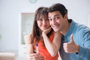 pareja con prueba de embarazo positiva