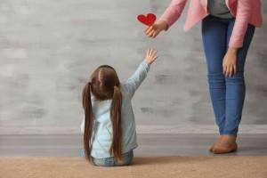 niña recibiendo un recorte en forma de corazón