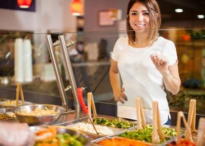 40 a 50 años. En esta etapa el metabolismo se ha vuelto lento y el gasto energético es poco. Disminuye el metabolismo de las grasas, por lo que aumenta la retención de líquidos y la grasa se acumula en zonas localizadas, especialmente el abdomen. Para combatir todo esto se aconseja: Ingerir alimentos ricos en fito-estrógenos, como la soya, elegir verduras y frutas frescas, fuentes de fibra y vitamina C, consumir a diario alimentos ricos en calcio, omega-3, anular el consumo de sal y realizar una dieta depurativa de un día, una vez al mes.