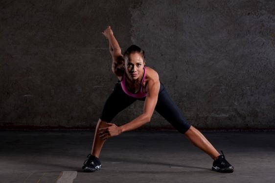 Es muy importante hacer un calentamiento previo para evitar lesiones, así como estirar el cuerpo después de haber realizado tus ejercicios.