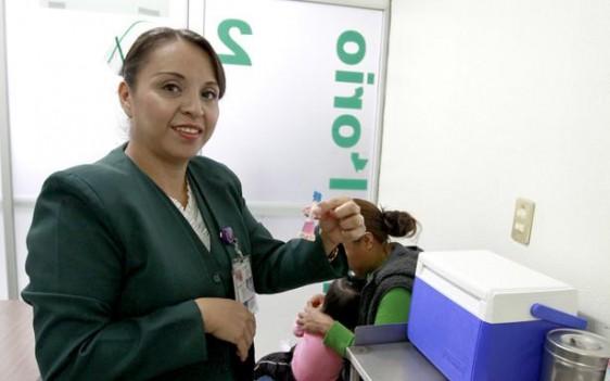 """Además, durante la jornada de vacunación, el Seguro Social distribuyó """"Vida Suero Oral"""", ácido fólico y capacitó a los responsables del cuidado de niñas y niños menores de cinco años."""