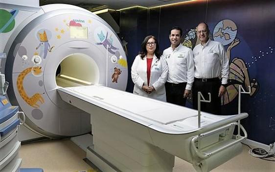 El Director General, Tuffic Miguel, entregó un resonador magnético, una unidad de anestesia y un monitor de signos vitales para mejorar la atención de niñas y niños.