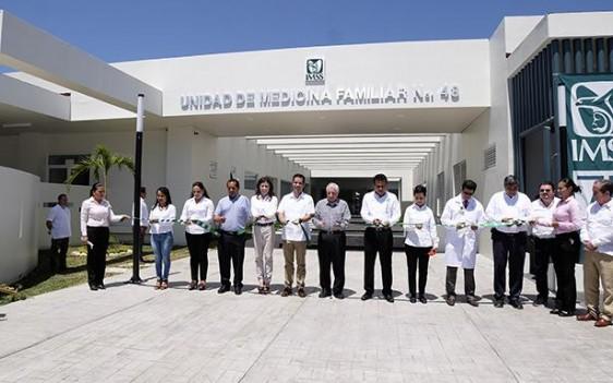 El Director General del Seguro Social, Tuffic Miguel, y el gobernador Arturo Núñez inauguraron en Nacajuca la UMF que tuvo un costo superior a los 85 millones en beneficio de más de 50 mil derechohabientes.